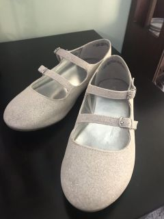 Girls sparkly silver shoes. Size 4