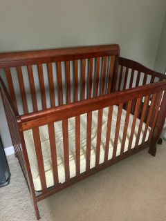 Like New Baby Bed! Used at Grandmas Only! Converts into toddler bed, daybed & Full bed