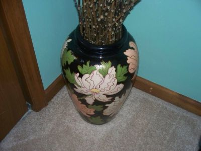large hand painted artistry vase 18 in tall black/light peach/creqm