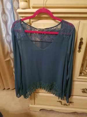 Beautiful Shirt wear one time comes with a camisole. Due to sickness I lost weight thats why I selling all this clothes.