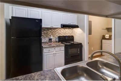 Apartment in great location. Single Car Garage!