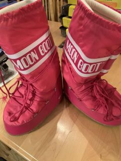 Moon Boots sizes 9/10 Adult Wide
