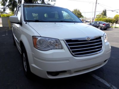 2010 Chrysler Town & Country Touring (White)