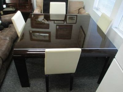 Beautiful Lacquered Dining Room Table and Four Leather Chairs - Deliv