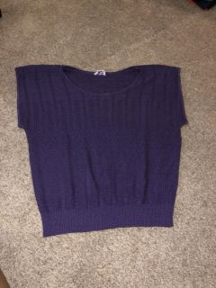Cute women s medium knit top great condition ((MOVING SALE))