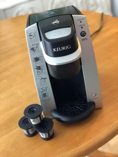 Keurig 1 cup coffee maker and 3 reusable k cups
