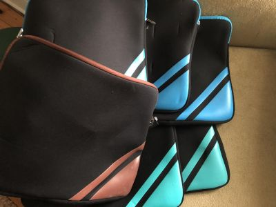 6 pouches with zippers , great for small toys or laptop