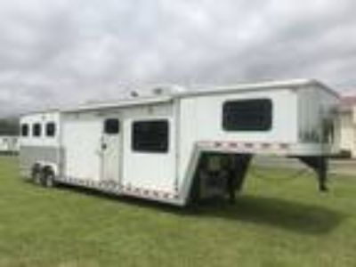 2008 Kiefer Built 3 horse with 12 Living Quarters. Sofa and dinette