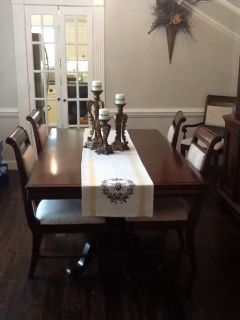 Dining room table/ 6 chairs