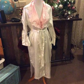Gorgeous Victoria s Secret Below The Knee Robe Size Medium/ Large