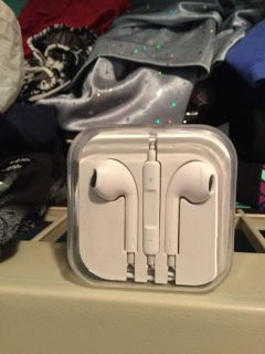 iPhone compatible headphones new in package with microphone new