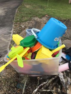 1023 CR 687. Curbside free tote full of beach toys.