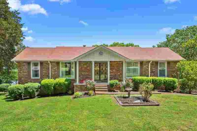 1016 Edgewater Cir GALLATIN Three BR, Lakefront home on Old