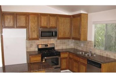 2 bedrooms Apartment - This is a spacious tri-level townhouse in very nice condition.