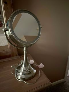 Two-sided magnifying mirror