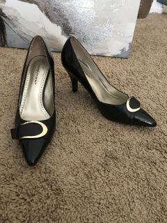 Black heels w/ gold accent size 7 1/2