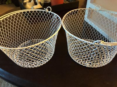 2 metal wire baskets with handles