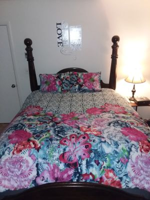 3 pc. Queen floral print comforter set with 2 shams like new excellent condition beautiful set! Swip to see pics