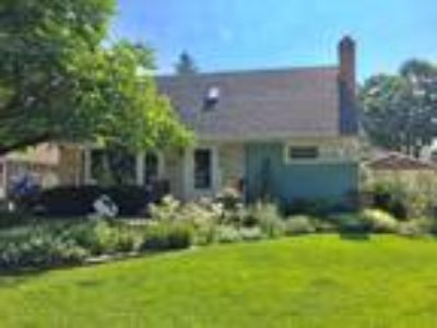 MT Prospect~Close to Town and Train~ Resort Style Living~Updated Cape with a...