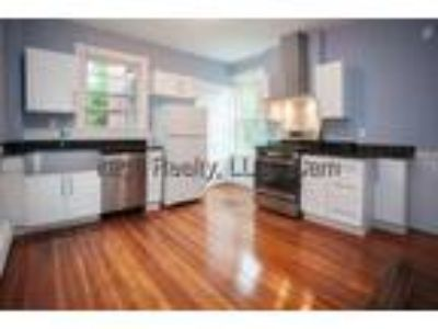 9/1~Sunny Unit w Patio, Laundry is Near Central, MIT
