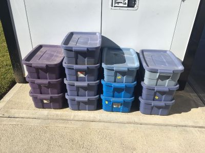 Assorted Rubbermaid tubs