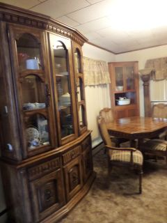 Beautiful Dining Table, 6 chairs and Hutch