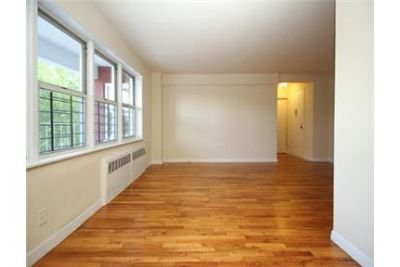 Approx 880 SqFt 2BR apt w/heat, hw & gas included