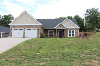 1934 45th Avenue NE Place Hickory, This Three BR, Two BA