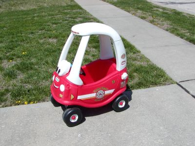 Little Tikes Firetruck Fire Truck Cozy Coupe car - very good condition with floor board and gas cap and key