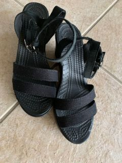 Crocs (Women's Leigh Sandal Wedge) Size 6