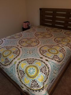 Queen size quilt with two pillow cases
