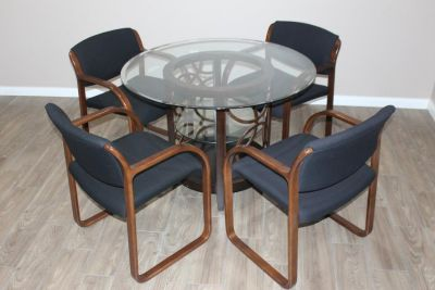 Glass Top dining table with 4 chairs in perfect condition!