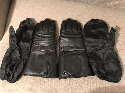 Motorcycle winter cloves with plastic protective mitten covers