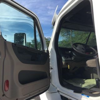 2011 Freightliner 125 DAY CAB (White)