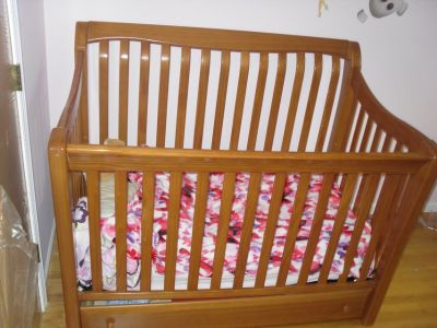 Simmons wooden baby crib +matching changing table+ mattress if wanted