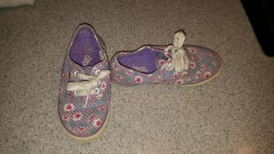 Size 10 $4 FIRM POMS (Dog and cat in home)