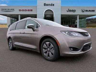 2018 Chrysler Pacifica LIMITED (Molten Silver)