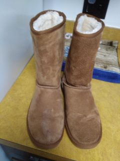Ladies size 9 Lamo Boots serious inquiries & pick up only