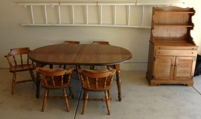 BEAUTIFUL COLONIAL MAPLE DINING ROOM SET and HUTCH