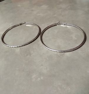 PRETTY SILVER HOOP EARRINGS