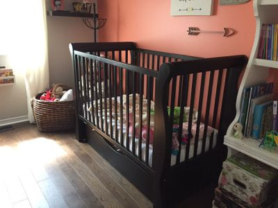 Crib convertible and matching dresser/change table