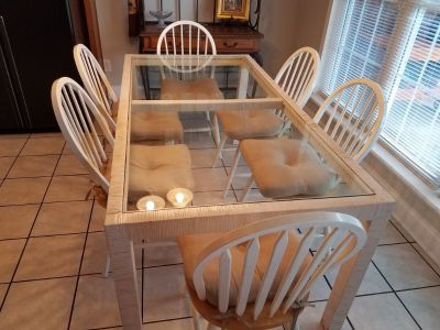 Kitchen table with 6 solid wood chairs. Detachable tie cushions included