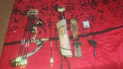 Compound hunting bow with accesories