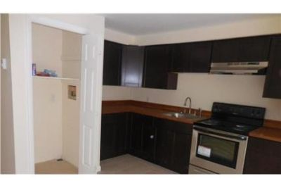 2 bedrooms Apartment - Beautifully renovated unit with tile bath and kitchen floor. Washer/Dryer Hoo
