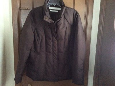 Very nice Perry Ellis dark brown winter coat. Size large. Excellent condition!