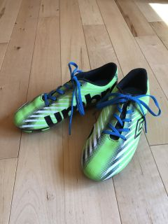 Youth Sz. 2.5 Umbro Soccer Cleats