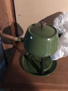 Vintage fondue pots( 1 in harvest gold and 1 in avacado) in perfect condition. Comes with stand and forks!