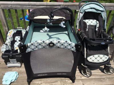 Graco park with bassinette & changing table, stroller, infant car seat & base / parc avec bassinette & table a langer, poussette,si ge auto