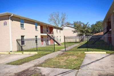 Renovated Upstairs Unit 3 Beds/ 1 Bath Apartment For Rent!!