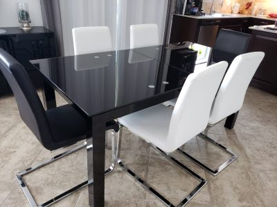 Black Extendable Glass Table +Chairs
